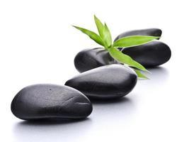 ciottoli zen. spa in pietra e concetto di assistenza sanitaria. foto