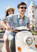 giovane coppia su scooter foto