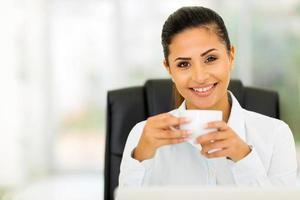 donna di affari caucasica che beve caffè foto