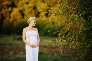 giovane donna incinta caucasica foto