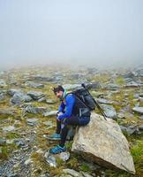 escursionista caucasico con zaino