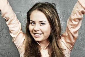 giovane ragazza caucasica alzò le mani foto