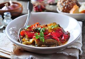tian di verdure, peperoni e melanzane al forno con olio d'oliva
