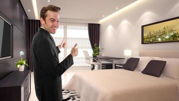 uomo d'affari caucasico in un interno dell'hotel foto