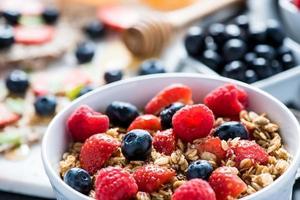 ciotola con bacche fresche e cereali foto