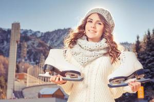 felice adolescente caucasico andando a pattinare sul ghiaccio all'aperto