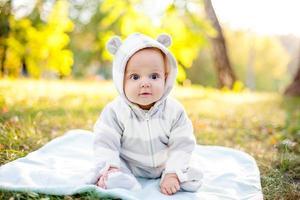 carino bambino caucasico nel parco guarda la telecamera foto