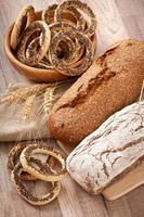 panetteria e spighe di grano su un fondo di legno foto