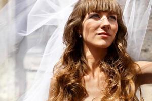 giovane sposa bionda caucasica bella alla moda che propone contro il th foto