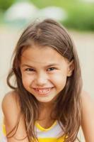 bambina di cinque anni sulla natura foto