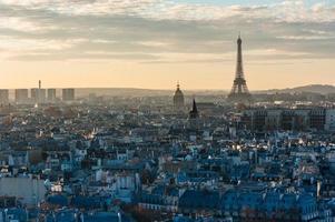tramonto della torre Eiffel dell'orizzonte di Parigi foto