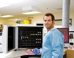 tecnico di laboratorio con campione di emocoltura