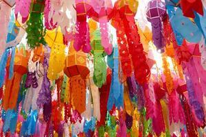 decorazione colorata lanterna di carta per il festival di yeepeng foto