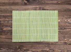 tovagliolo di bambù sul tavolo di legno. vista dall'alto foto