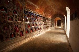 Buddha in alcova è la pagoda del muro del tempio, myanmar. foto