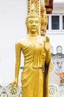 statua dorata dorata di Buddha in piedi
