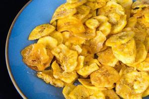 cucina cubana: patatine fritte o patatine salate di piantaggine verdi foto