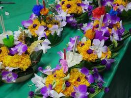 krathong galleggianti utilizzati per celebrare durante il festival di Loy Krathong foto