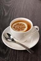 tè caldo in tazza bianca foto