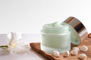 barattolo di crema aperto sulla vista frontale della tela da imballaggio isolata foto