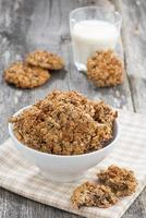 biscotti di farina d'avena fatti in casa e un bicchiere di latte, verticale foto