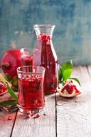 bevanda al melograno con acqua frizzante foto