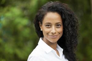 donna africana che sorride alla macchina fotografica foto