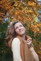 giovane donna alla moda nel parco di autunno