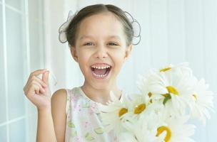bambina con fiori dasies foto