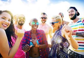 concetto di festival del partito della spiaggia di estate degli amici foto