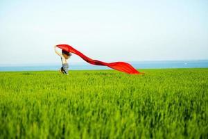 giovane donna felice nel campo di grano con tessuto. stile di vita estivo