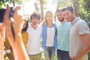 fotografo che fa foto agli amici di un gruppo