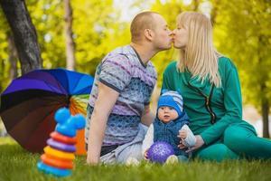 la famiglia felice sta plaing nel parco foto