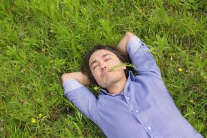 uomo d'affari sdraiato sull'erba foto