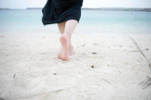 camminare sulla spiaggia foto