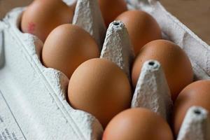 uova in una scatola foto