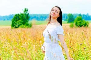 bellezza in un campo di fiori foto