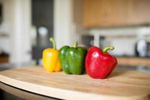 peperoni in cucina soleggiata foto