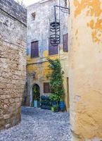 strada nel centro storico di rodi, in grecia foto