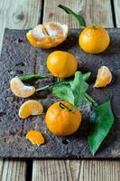 mandarino fresco su un tavolo di legno foto