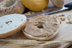 bagel con burro di arachidi foto