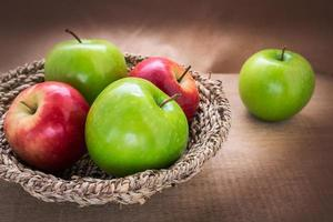 mela verde e mela rossa nel carrello, still life foto