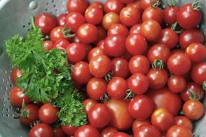 pomodori ciliegia maturi e colorati e prezzemolo foto