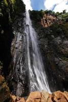 cascata d`acqua tra le montagne scivolo di carbet a guadalupe foto