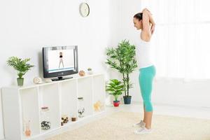 giovane donna che fa esercizi di stretching foto