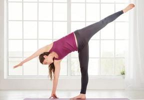 giovane donna che fa esercizi di yoga