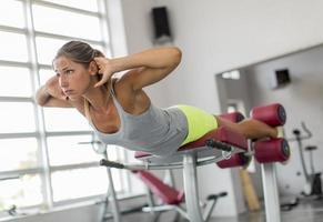 giovane donna allenamento in palestra