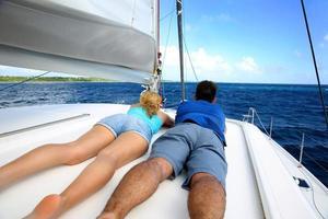 guidare la barca a vela in una giornata di sole foto