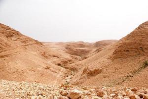 viaggiare in un'avventura di attività escursionistiche nel deserto di pietra foto
