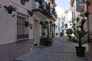 strada sul tipico villaggio andaluso foto